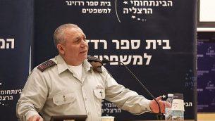 رئيس أركان الجيش الإسرائيلي غادي إيسنكوت يتحدث في مؤتمر في المركز متعدد التخصصات في هرتسليا في 2 يناير 2018. (Adi Cohen Zedek)