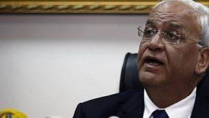 صائب عريقات، كبير المفاوضين الفلسطينيين والأمين العام لمنظمة التحرير الفلسطينية، خلال مؤتمر صحفي عقد في مدينة أريحا بالضفة الغربية في 15 فبراير / شباط 2017. (AFP/AHMAD GHARABLI)