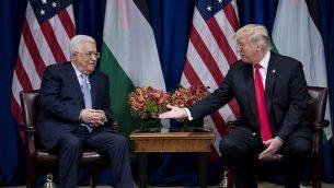 الرئيس الأمريكي دونالد ترامب مع  رئيس السلطة الفلسطينية محمود عباس قبل اجتماع في فندق القصر خلال الدورة ال 72 للجمعية العامة للأمم المتحدة في 20 سبتمبر 2017 في نيويورك. (AFP PHOTO / Brendan Smialowski)