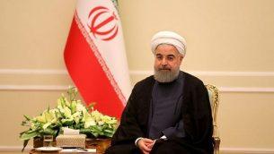 الرئيس الإيراني حسن روحاني يجلس خلال اجتماع مع رئيس الجيش الباكستاني في طهران في 6 نوفمبر 2017. (AFP/Atta Kenare)