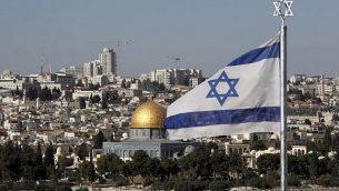 العلم الإسرائيلي يرفرف وفي الخلفية قبة الصخرة في البلدة القديمة في مدينة القدس، 1 ديسمبر، 2017. (AFP Photo/Thomas)
