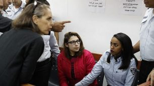 نور تميمي، المعتقلة بسبب فيديو يظهرها مع اثنتين من افراد عائلتها خلال اعتداء على جنود اسرائيليين، في المحكمة العسكرية في سجن عوفر، الضفة الغربية، 28 ديسمبر 2017 (Ahmad Gharabli/AFP)
