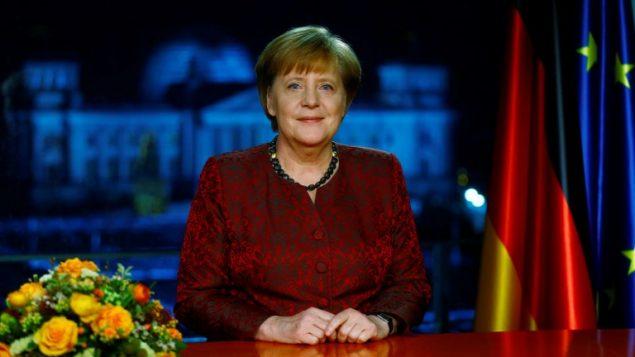 المستشارة الالمانية انغيلا ميركل بعد تسجيل خطابها بمناسبة السنة الجديدة في برلين، 30 ديسمبر 2017 (HANNIBAL HANSCHKE / POOL / AFP)