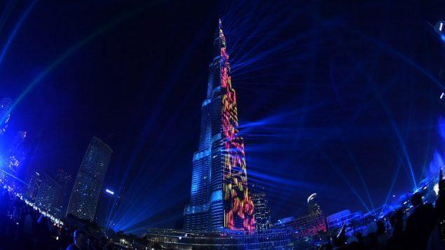 عرض الليزر على برج خليفة في دبي بمناسبة عيد رأس السنة، 31 ديسمبر 2017 (GIUSEPPE CACACE / AFP)