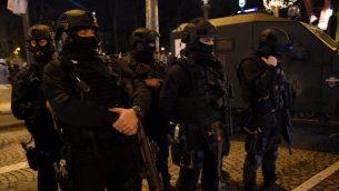 عناصر الشرطة الفرنسية يتهيأون لإجراء دوريات في باريس قبل احتفالات رأس السنة، 31 ديسمبر 2017 (GUILLAUME SOUVANT / AFP