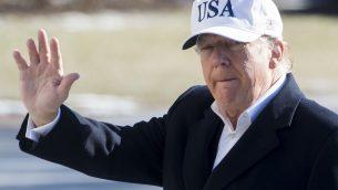 الرئيس الأمريكي دونالد ترامب يلوح بعد نزوله من طائرة 'مارين وان' بعد هبوطها على الحديقة الجنوبية للبيض الأبيض في العاصمة واشنطن، 7 يناير، 2018، بعد قضائه عطلة نهاية الأسبوع في منتجع كامب ديفيد الرئاسي في ماريلاند. (AFP PHOTO / SAUL LOEB)