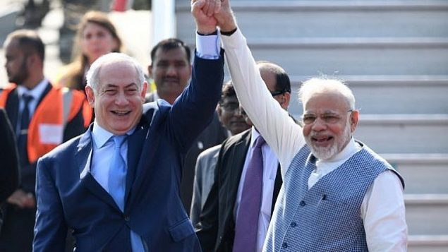 رئيس الوزراء الهندي ناريندرا مودي، من اليمين، ونظيره الإسرائيلي بينيامين نتنياهو في صورة مشتركة بعد وصول الزعيم الإسرائيلي إلى 'محطة سلاح الجو' في نيودلهي، 14 يناير، 2018. (PRAKASH SINGH/AFP)