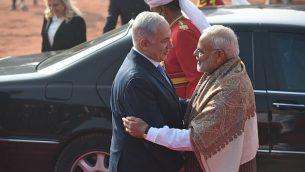 رئيس الوزراء الهندي ناريندرا مودي (من اليمين) يستقبل رئيس الوزراء بينيامين نتنياهو (مركز الصورة) وزوجته سارة نتنياهو (اليسار من الخلف) خلال مراسم استقبال في القصر الرئاسي في نيودلهي، 15 يناير، 2018.(AFP PHOTO / Prakash SINGH)