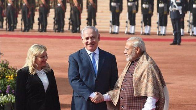 رئيس الوزراء الهندي ناريندرا مودي (من اليمين) يستقبل رئيس الوزراء بينيامين نتنياهو (مركز الصورة) وزوجته سارة نتنياهو  خلال مراسم استقبال في القصر الرئاسي في نيودلهي، 15 يناير، 2018.(AFP PHOTO / Prakash SINGH)