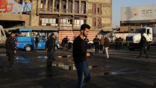 قوات الأمن العراقية تفرض طوقا أمنيا حول المنطقة التي وقع فيها هجوم انتحاري مزدوج أسفر عن مقتل أكثر من 20 شخصا في وسط بغداد في 15 يناير، 2018، في ثاني هجوم تشهده العاصمة العراقية خلال ثلاثة أيام. ( AFP PHOTO / SABAH ARAR)