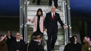 نائب الرئيس الامريكي مايك بنس، وزوجته كارن، يصلان العاصمة الاردنية عمان، 20 يناير 2018 (Khalil MAZRAAWI / AFP)