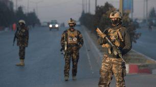 قوات الامن الافغانية بالقرب من فندق انتركونتيننتال في كابول، افغانستان، الذي تعرض لهجوم تبنته حركة طالبان، 21 يناير 2018 (SHAH MARAI / AFP)