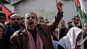 فلسطينيون يتظاهرون امام  مركز تابع للأونروا في رفح، جنوب غزة، 21 يناير 2018 (AFP/ SAID KHATIB)