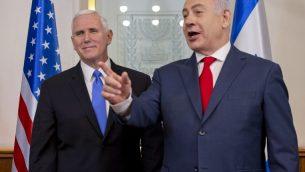 نائب الرئيس الأمريكي مايك بنس (من اليسار) يلتقي برئيس الوزراء الإسرائيلي بينيامين نتنياهو في مكتب رئيس الوزراء في القدس، 22 يناير، 2018. (AFP PHOTO / POOL / Ariel Schalit)