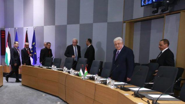 رئيس السلطة الفلسطينية محمود عباس ينضم الى وزراء خارجية دول الاتحاد ال28 في مقر الاتحاد في مروكسل، 22 يناير 2018 (OLIVIER HOSLET / AFP)