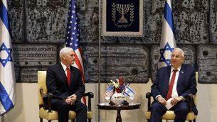 رئيس الدولة رؤوفين ريفلين، من اليمين، يلتقي بنائب الرئيس الأمرييك مايك بنس في مقر إقامة رئيس الدولة في القدس، 23 يناير، 2018. (RONEN ZVULUN/AFP)