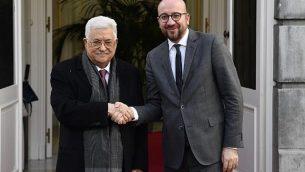 رئيس الوزراء البلجيكي تشارلس ميشيل يرحب برئيس السلطة الفلسطينية محمود عباس (يسار) لدى وصوله إلى بروكسل في 23 يناير / كانون الثاني 2018 (أف فوتو / بيلغا / إيريك للماند)
