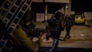 صورة توضيحية: قوات اسرائيلية تفتش المنطقة المحيطة بمدينة نابلس في الضفة الغربية، ضمن البحث عن منفذي هجوم اطلاق نار دامي بالقرب من مستوطنة مجاورة ، 11 يناير 2018 (Israel Defense Forces)