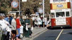 محطة حافلات مفصولة عرقيا في جوهانسبورغ عام 1982 (UN/DB)