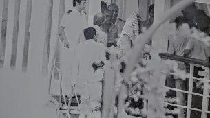 رئيس منظمة التحرير الفلسطينية ياسر عرفات، بالكفيّة، صوّره قناص إسرائيلي حين ترك بيروت في عام 1982. (courtesy Oded Shamir)