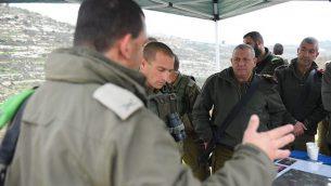 رئيس أركان الجيش الإسرائيلي غادي إيزنكوت، يمين، وغيره من كبار الضباط من القيادة المركزية للجيش يزورون المنطقة التي وقع فيها هجوم الليلة السابقة في 10 يناير 2018. (Israel Defense Forces)