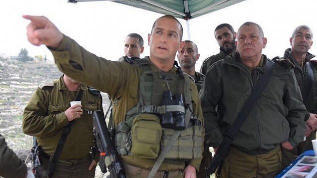 رئيس هيئة أركان الجيش الإسرائيلي غادي آيزنكوت، من اليمين، وضباط كبار آخرين من قيادة المنطقة الوسطى في الجيش خلال زيارة إلى المنطقة التي وقع فيها هجوم في الليلة السابقة، 10 يناير، 2018. (Israel Defense Forces)