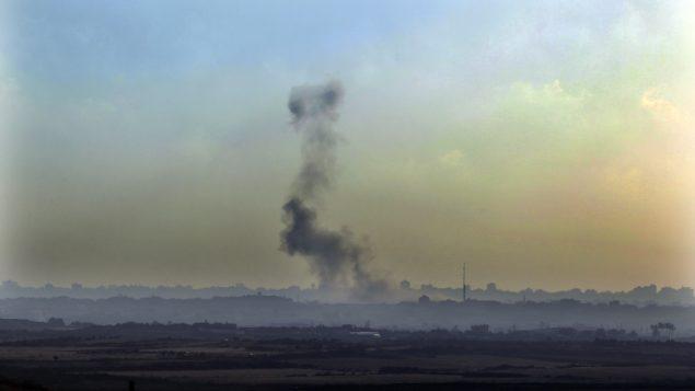صورة توضيحية: دخان يتصاعد فوق غزة في اعقاب غارات جوية اسرائيلية (Tsafrir Abayov/Flash90)