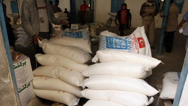 فلسطينيون يحصلون على المساعدات الغذائية الشهرية من مركز تابع للأونروا في مخيم رفح، جنوب قطاع غزة، نوفمبر 2012 (Abed Rahim Khatib/Flash 90)