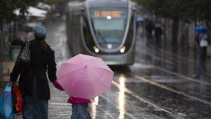 يوم عاصف في القدس. (illustrative photo credit: Yonatan Sindel/Flash90)