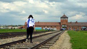 طالبة في رحلة إلى موقع معسكر أوشفيتس بيركيناو في بولندا الحديثة، 27 أبريل، 2014. (Yossi Zeliger/Flash 90)