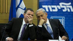 رئيس الوزراء بينيامين نتنياهو يتحدث مع رئيس الكنيست يولي إلدشتين خلال جلسة لفصيل حزب 'الليكود' في الكنيست، 27 أكتوبر، 2014. (Yonatan Sindel/Flash90)