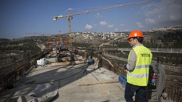 بناء جسر يمر فوق 'عيمق هأرزيم' خارج القدس، لخط القطار السريع بين القدس وتل أبيب، 20 ديسمبر، 2015. (Hadas Parush/Flash90)