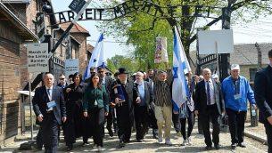 وفد في 'مسيرة الحياة' في معسكر أوشفيتس-بيركيناو في بولندا، 5 مايو، 2016. (Yossi Zeliger/FLASH90)