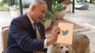 يجيب رئيس الوزراء الإسرائيلي بنيامين نتنياهو على أسئلة على تويتر مباشرة، في مقر رئيس الوزراء في القدس، حيث تحتفل إسرائيل باستقلالها الثامن والستين. 12 مايو 2016. (AMos Ben Gershom/GPO)