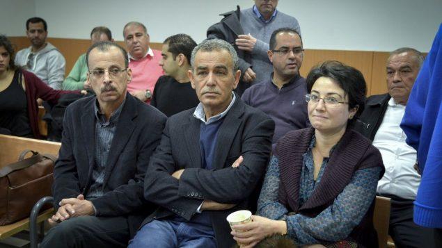اعضاء حزب التجمع حنين زعبي، جمال زحالقة، خلال محاكمة زميلهم في الحزب باسل غطاس في محكمة الصلح في رحوفوت، 5 يناير 2017 (Avi Dishi/Flash90)