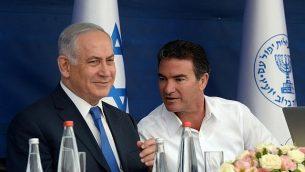 رئيس الوزراء بنيامين نتنياهو ورئيس الموساد يوسي كوهين خلال مراسم نخب السنة اليهودية الجديدة في 02 أكتوبر 2017. (Haim Zach/GPO)