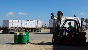 شاحنات محملة بالبضائع تمر عبر معبر كرم ابو سالم بطريقها الى قطاع غزة، 1 نوفمبر 2017 (Abed Rahim Khatib/ Flash90)