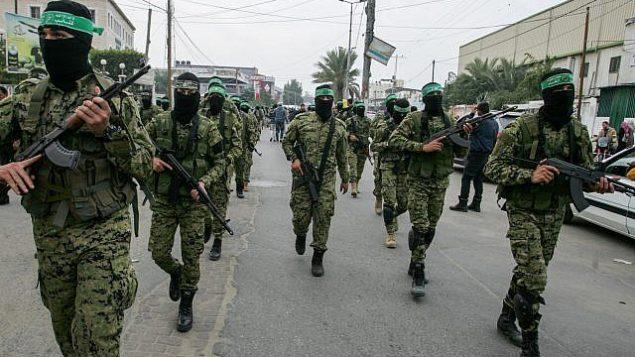 صورة توضيحية: اعضاء كتائب عز الدين القسام، الجناح العسكري لحركة حماس، خلال مسيرة في خان يونس، جنوب قطاع غزة، 5 ديسمبر 2017 (Abed Rahim Khatib/Flash90)