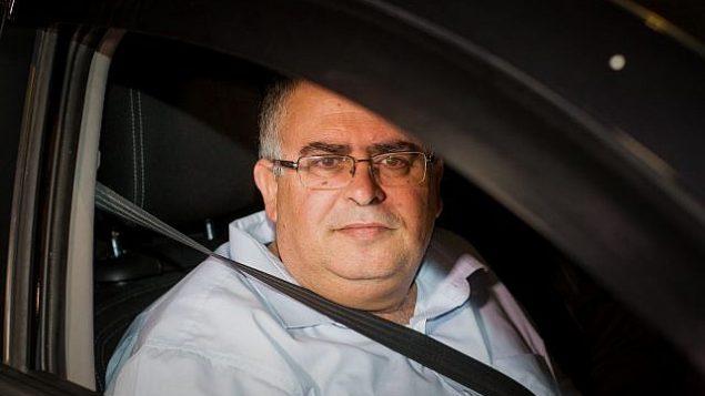 عضو الكنيست ورئيس الائتلاف من حزب الليكود دافيد بيتان يغادر وحدة 433 في الشرطة الإسرائيلية بعد التحقيق معه بتهم فساد، 10 ديسمبر 2017 (Roy Alima/Flash90)
