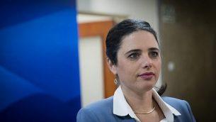 وزيرة العدل أيليت شاكيد تصل إلى الاجتماع الحكومي الأسبوعي في مكتب رئيس الوزراء في القدس، 17 ديسمبر 2017. (Yonatan Sindel/Flash90)