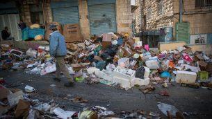 النفايات المتراكمة في سوق محانيه يهودا في القدس، 7 يناير 2018 (Yonatan Sindel/Flash90)