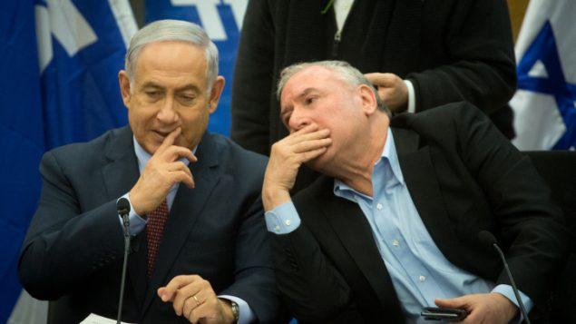رئيس الوزراء بنيامين نتنياهو وعضو الكنيست دافيد امسلم خلال جلسة لحزب الليكود في الكنيست، 8 يناير 2018 (Miriam Alster/Flash90)