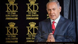 يعقد رئيس الوزراء بنيامين نتانياهو مؤتمرا صحفيا مشتركا مع كونستانتينوس بيكاس، السفير اليوناني لدى إسرائيل (ليس في الصورة)، خلال اجتماع مع سفراء حلف شمال الأطلسي في إسرائيل في فندق الملك داود في القدس في التاسع من يناير عام 2018. (Hadas Parushl/Flash90)