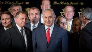 يعقد رئيس الوزراء بنيامين نتنياهو مؤتمرا صحفيا مشتركا مع سفراء حلف شمال الأطلسي إلى إسرائيل في فندق الملك داود في القدس، 9 يناير / كانون الثاني 2018. (Hadas Parushl/Flash90)