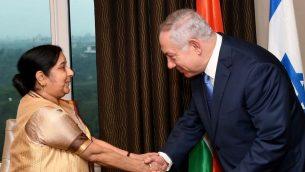 رئيس الوزراء بنيامين نتنياهو يلتقي بوزيرة الخارجية الهندية سوشما سواراج في دلهي، 14 يناير 2018 (Avi Ohayon/GPO)