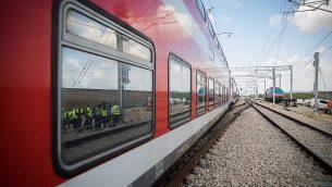 منظر للقطار والسكك أثناء اختبار قيادة القطار السريع القدس - تل أبيب في وسط إسرائيل في 16 يناير 2018. (Hadas Parush/Flash90)