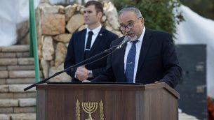 يتحدث وزير الدفاع أفيغدور ليبرمان في مراسم تذكارية لجنود البحرية الإسرائيلية الذين لقوا مصرعهم في غواصة داكار التي فقدت في عام 1968 في مقبرة جبل هرتسل العسكرية في القدس في 16 يناير / كانون الثاني 2018. (Yonatan Sindel/Flash90)