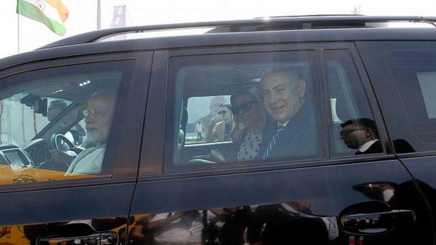 رئيس الوزراء الهندي ناريندرا مودي يستقبل نظيره الإسرائيلي بينيامين نتنياهو وزوجته سارة في ولاية كجرات  الهندية، 17 يناير، 2018.  (Avi Ohayon/GPO)
