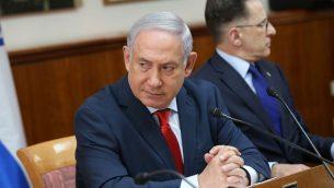رئيس الوزراء بنيامين نتنياهو يقود جلسة الحكومة الاسبوعية في مكتب رئيس الوزراء في القدس، 21 يناير 2018 (Alex Kolomoisky/POOL)