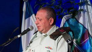 رئيس هيئة أركان الجيش الإسرائيلي غادي آيزنكوت يتحدث خلال مراسم لإحياء ذكرى كارثة المروحيتين اللتين تحطمتا في عام 1997، 39 يناير، 2017.  (Basel Awidat/Flash90)